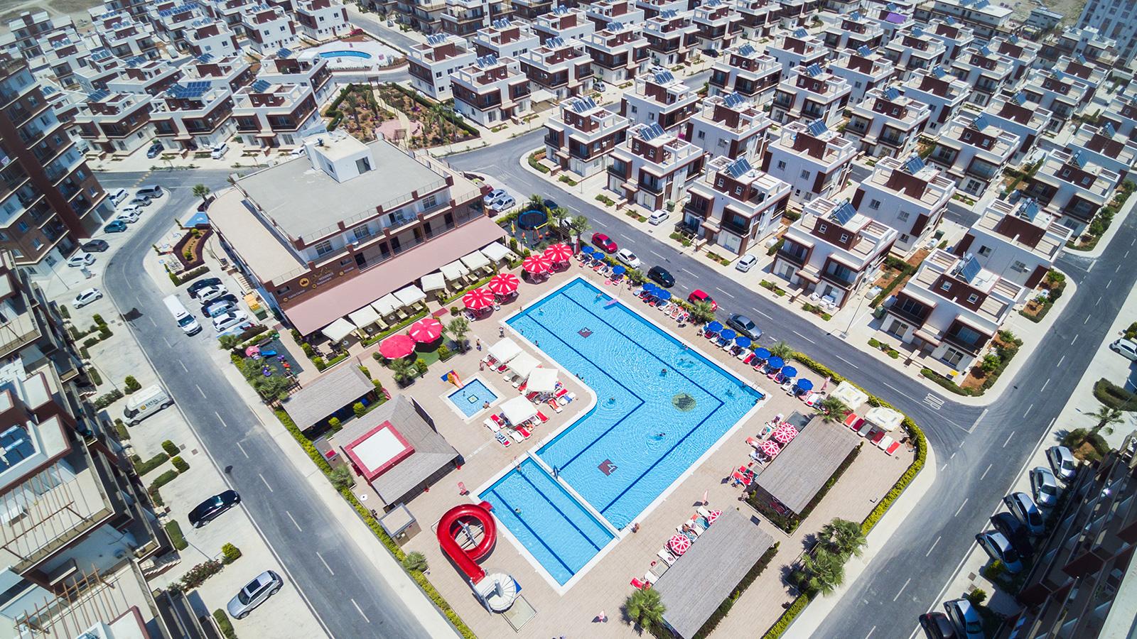 Oversikt hoved-pool og restaurant