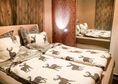 Soverommet har garderobeskap med speildører