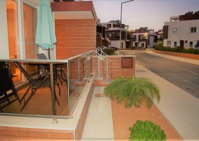 Liten terrasse på gateplan