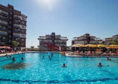 Området rundt bassenget er veldig populært