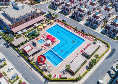 Pool, restaurant, poolbar samt leke-og aktivitetsområde