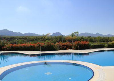 Utsikt fra pool mot fjellene